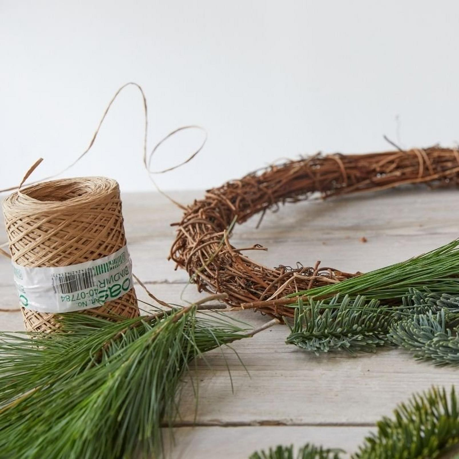how_to_make_a_foilage_Christmas_wreath-1
