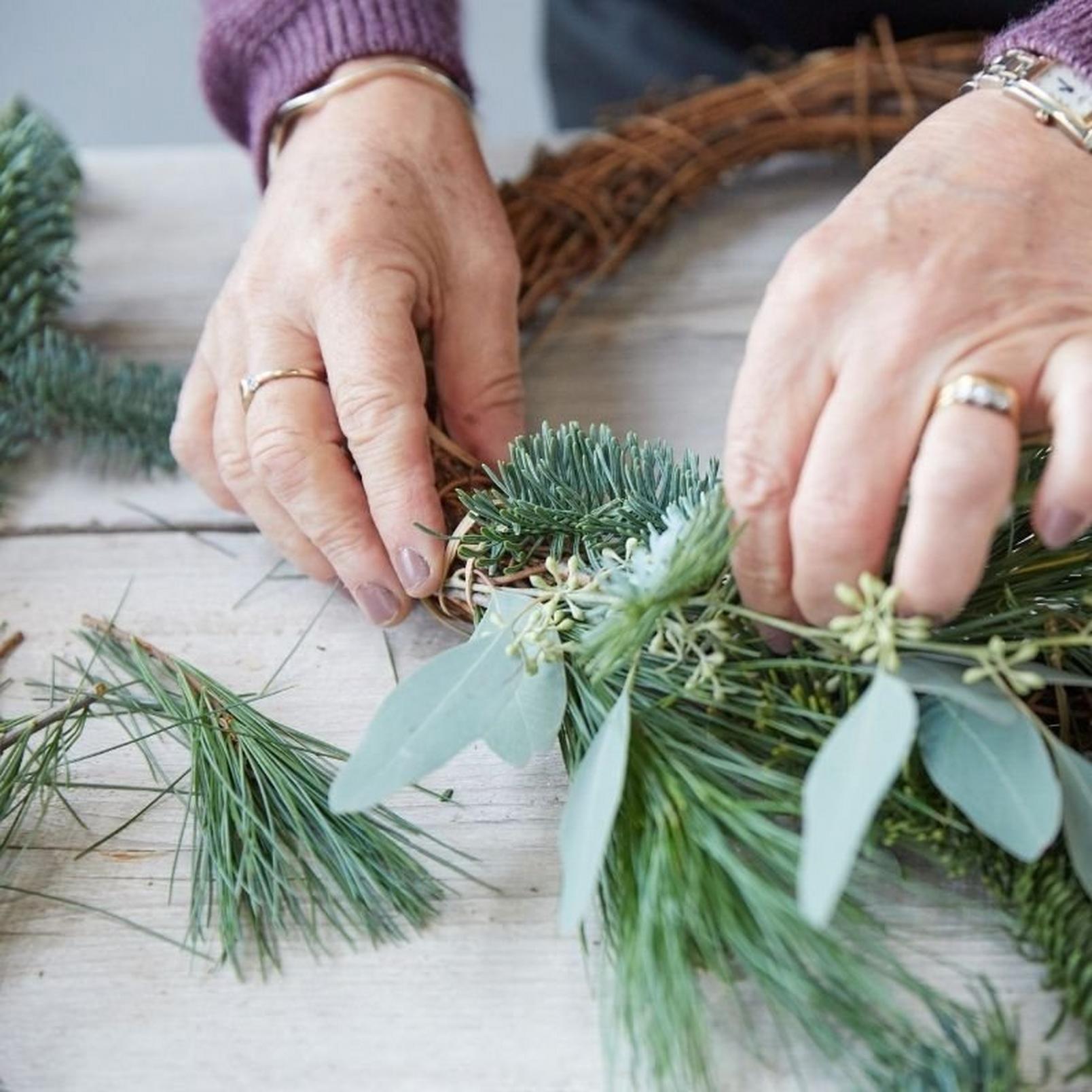 how_to_make_a_foilage_Christmas_wreath-4