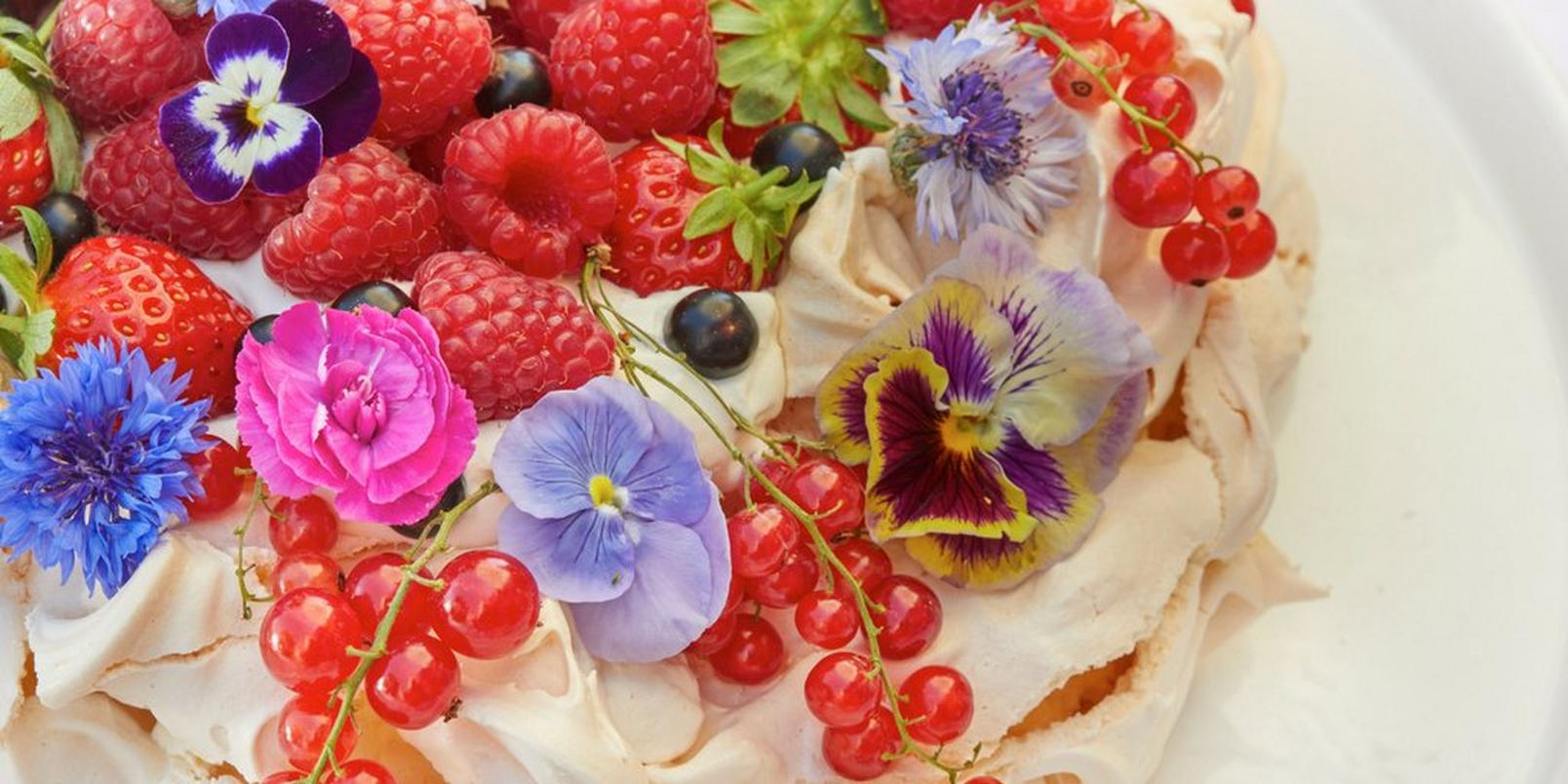 summer-dessert-with-berries-and-edible-flowers-1