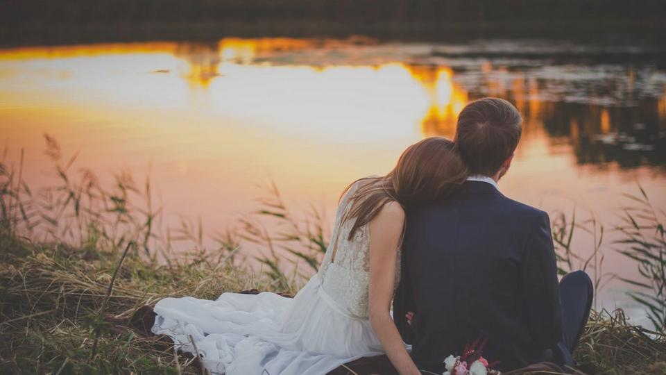 wedding-couple-by-river